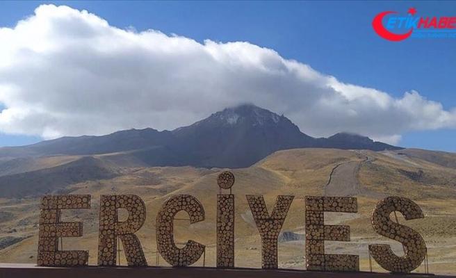 Erciyes Dağı'na kar yağdı