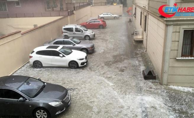 Ümraniye'de dolu binalarda ve araçlarda hasara neden oldu