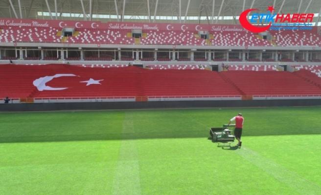 Yeni 4 Eylül Stadyumu'nda milli maç hazırlığı sürüyor