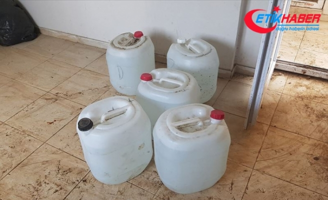 Adana'da imalathaneye dönüştürülen evde 1400 litre sahte içki ele geçirildi