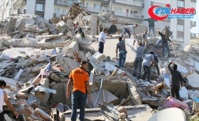 Bayraklı'da enkazdan 4 kişi yaralı çıkarıldı