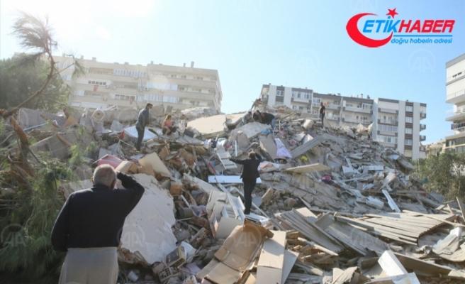 İzmir'deki 6,6 büyüklüğündeki depremde bazı binalar yıkıldı