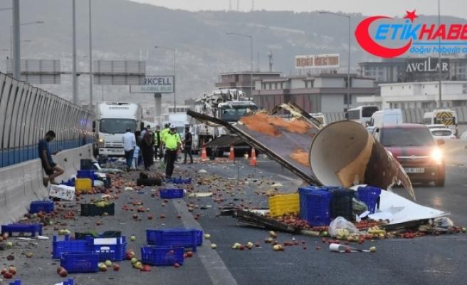 İzmir'de kamyonet kaza yaptı; kasasındaki sebze ve meyveler yola saçıldı