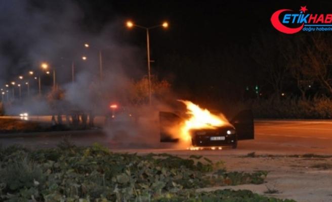 Karaman'da seyir halindeki otomobil alev topuna döndü