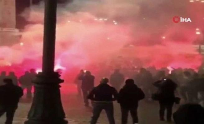 Kovid-19 tedbirlerini protesto eden aşırı sağcı grup polisle çatıştı