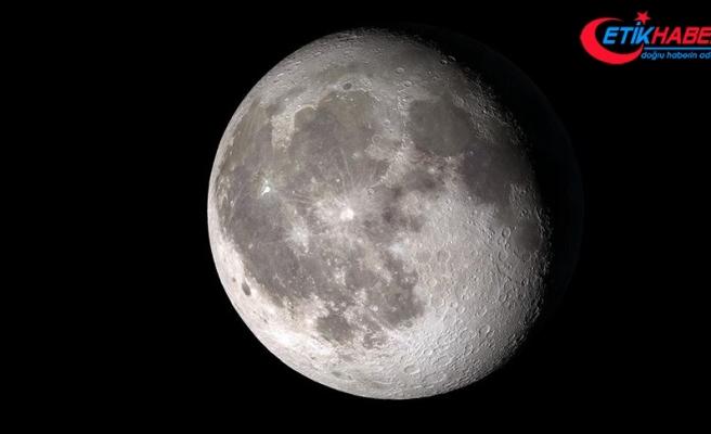 NASA, Ay'ın güneşli yüzeyinde su keşfettiğini duyurdu