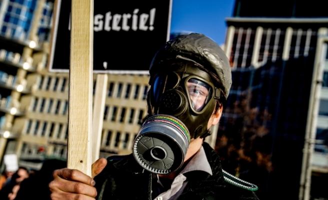 Almanya'da yaklaşık 20 bin kişi Covid-19 önlemlerini protesto etti
