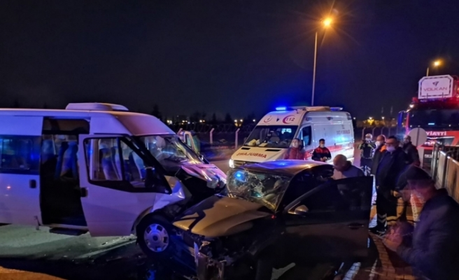 Askeri personel taşıyan minibüs ile otomobil çarpıştı: 8 yaralı