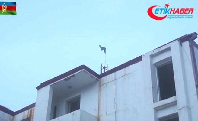 Azerbaycan ordusu işgalden kurtarılan Kelbecer'e bayrak dikti