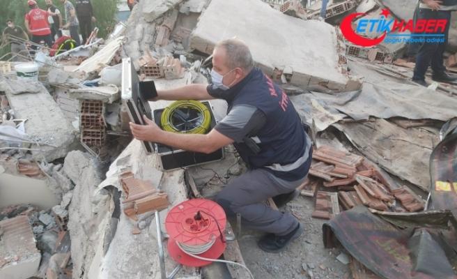 Enkazdan 10 saat sonra kurtarılmıştı: Yılan kamera ile görüntülendi