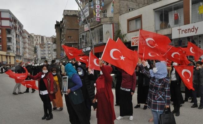 HDP'li vekil ve partililer ailelerin basın açıklamasını engellemeye çalıştı