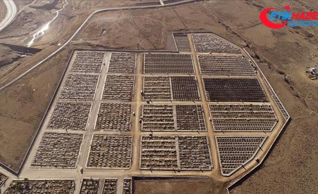 Toprağın buz tuttuğu Erzurum'da kış öncesi mezar yeri açma çalışmaları sürüyor