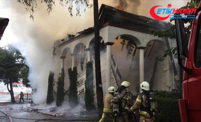 Üsküdar'da tarihi camide çıkan yangın söndürüldü