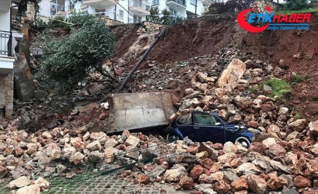 Antalya'da kuvvetli yağış etkisini sürdürüyor