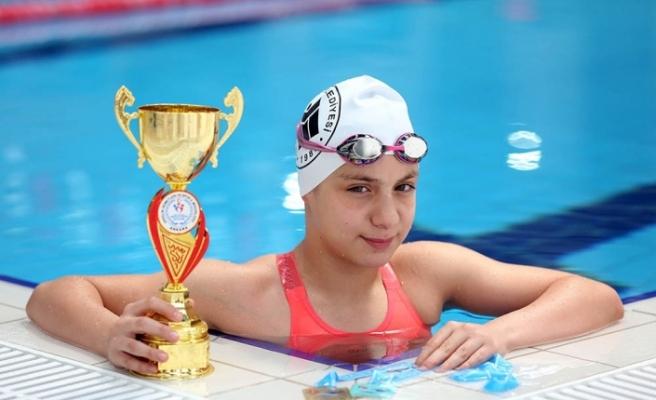 Bakan Kasapoğlu'ndan milli yüzücü Merve Tuncel için tebrik mesajı