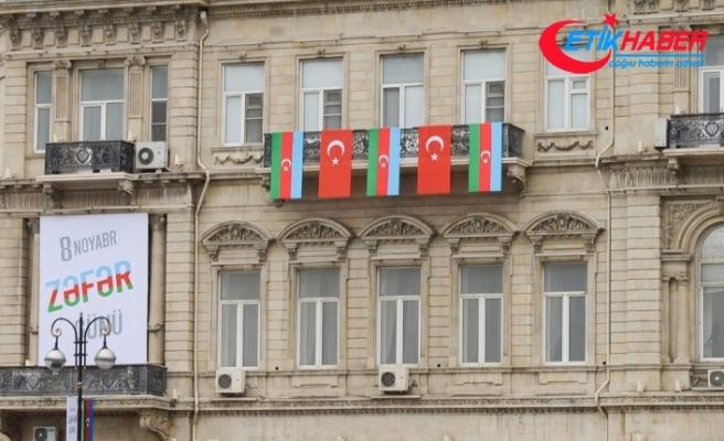 Bakü sokakları Türk bayrakları ile süslendi