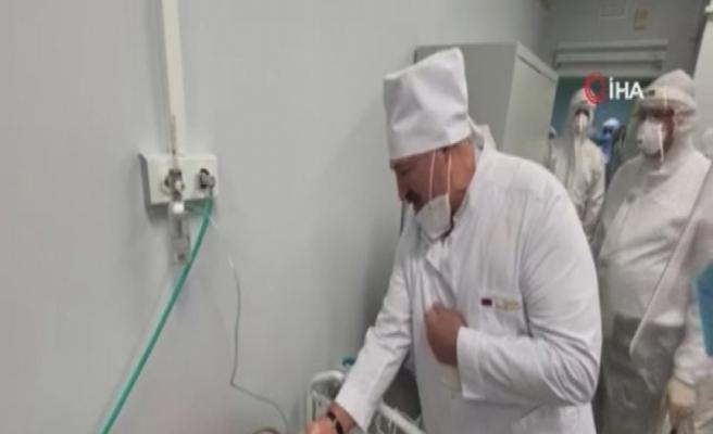 Belarus lideri Lukaşenko, Covid hastasını ziyaretinde maskesini indirdi