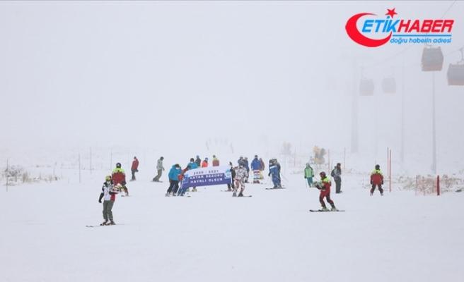 Erciyes'te kar kalınlığı 40 santimetreye ulaştı, kayak sezonu açıldı