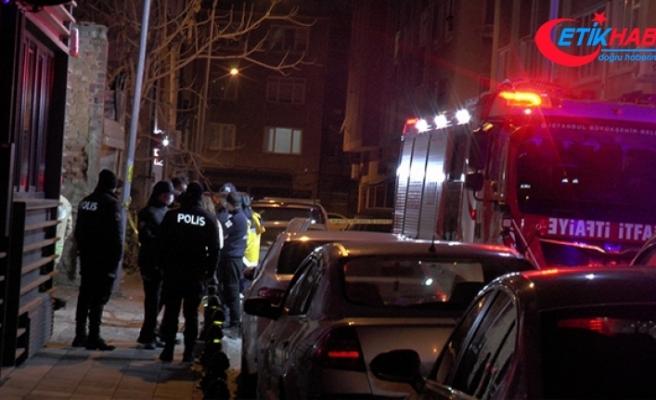Kadıköy'de park halindeki araç alev aldı, 2 kişi hayatını kaybetti