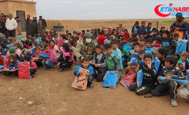 Mehmetçik'ten Barış Pınarı bölgesindeki öğrencilere kırtasiye ve kışlık bot yardımı