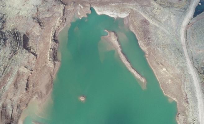 Ürküten görüntü, sular çekildi mezarlık ortaya çıktı