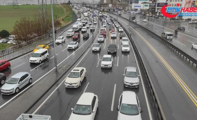 İstanbul'da sokağa çıkma kısıtlamasının sona ermesiyle trafik yoğunluğu arttı