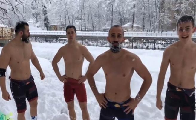 Soğuk havaya rağmen karda güreştiler