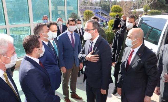 """Bakan Kasapoğlu, Mardin'de sporcu ve gençlerle buluştu, """"Genç Ofisi""""nin açılışını gerçekleşti:"""