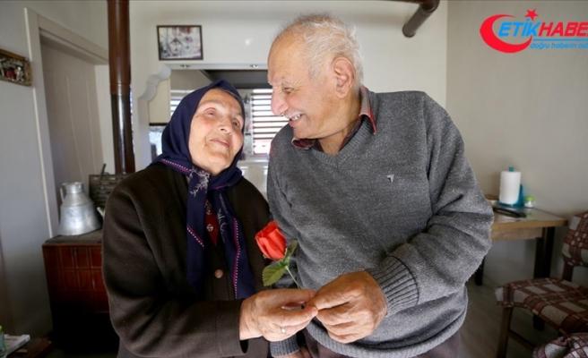 Evliliklerinde yarım asrı geçiren çiftler birbirlerine duydukları sevgi, saygı ve aşklarıyla örnek oluyor
