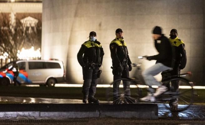 Hollanda'da sokağa çıkma kısıtlaması en az Cuma gününe kadar yürürlükte
