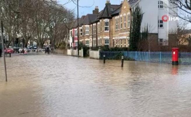 Londra'da su borusu patladı, sokaklar göle döndü