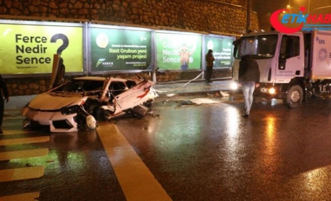 Başkent'te lüks otomobil kar küreme aracına çarparak hurdaya döndü: 2 yaralı