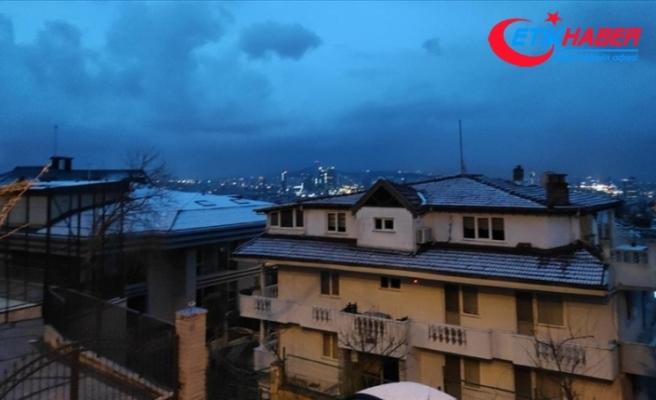 İstanbul'da bazı bölgelere kısa süreli kar ve dolu yağdı