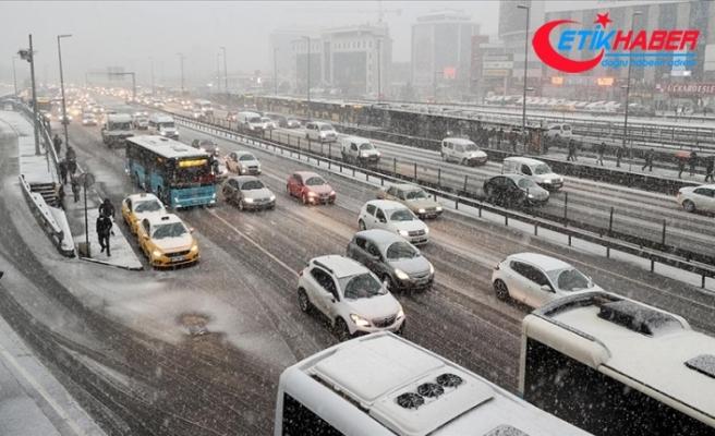 İstanbul'da kar yağışının etkisiyle trafikte yoğunluk yaşanıyor