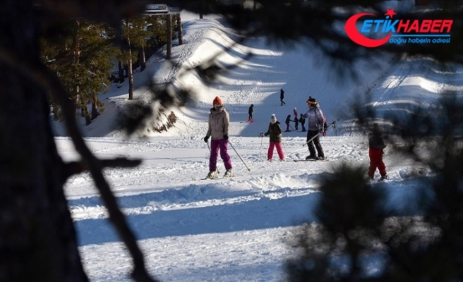 Kar kalınlığının 1,5 metreyi bulduğu Cıbıltepe, ilkbaharda da turistlerle şenlendi