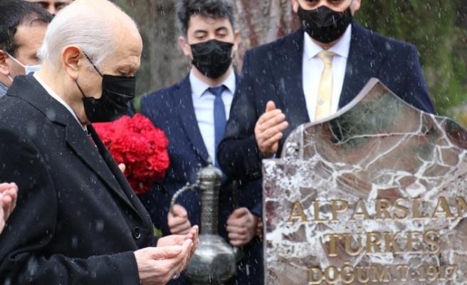 MHP Genel Başkanı Bahçeli'den, yeni MYK ve MDK üyeleriyle Alparslan Türkeş'in kabrine ziyaret