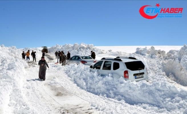 Muş'ta kar ve tipi nedeniyle araçlarında mahsur kalan 45 kişi kurtarıldı