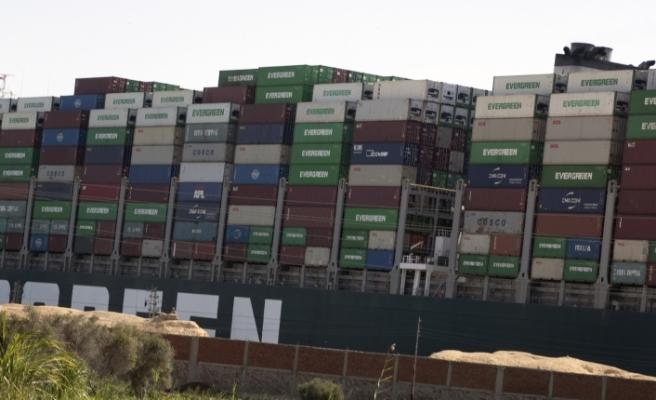Süveyş Kanalı'nda sıkışan geminin bugün yüzdürülmesi bekleniyor