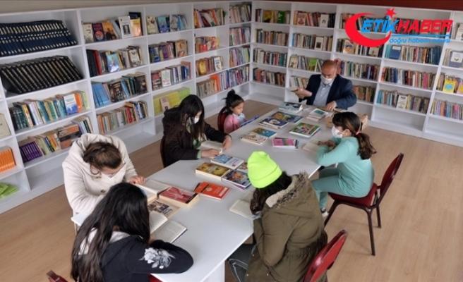 Uşak'ta sosyal medyadan çağrı yapan köy muhtarı 5 bin kitaplık kütüphane kurdu