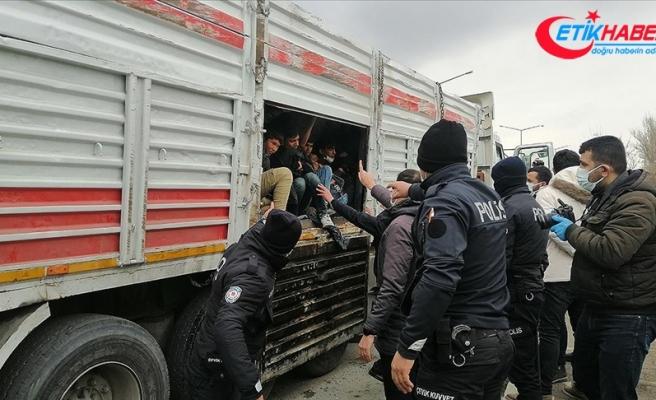 Van'da bir kişinin öldüğü kazaya karışan kamyonun kasasında 114 yabancı uyruklu yakalandı