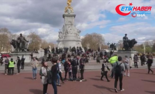 İngiliz halkı Buckhingham Sarayı'nın önünde toplanıyor