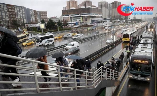 İstanbul'da kısıtlamanın sona ermesinin ardından sağanak yağışın etkisiyle trafik yoğunluğu arttı