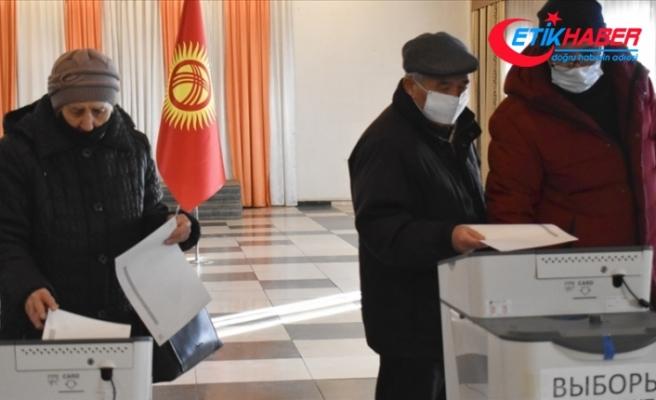 Kırgızistan'da halk anayasa taslağını onaylamak ve yerel meclis üyelerini belirlemek için sandık başında