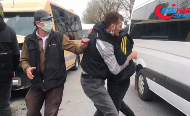 Minibüs şoförü, kaza yaptığı kamyonetin sürücüsüne saldırdı