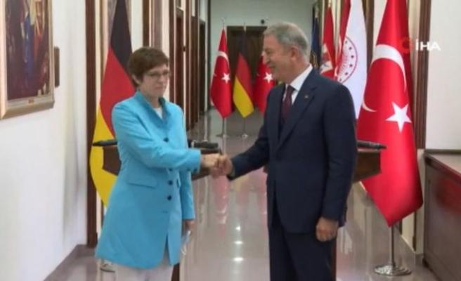 Bakan Akar, Almanya Savunma Bakanı Annegret Kramp-Karrenbauer ile görüştü
