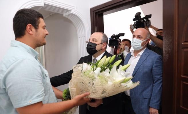 Bakan Varank, darp edilen İHA Muhabirini ziyaret etti