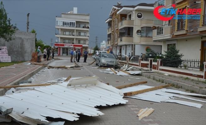Çanakkale'de kuvvetli fırtına çatıyı yerinden söktü, elektrik direğini devirdi