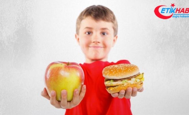 Ekran başında yemek yiyen çocuklar obez olur
