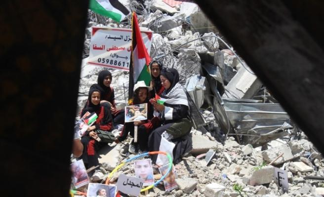 Gazze'de enkazda sergi: İsrail saldırılarında ölen Filistinli çocukların fotoğrafları sergilendi
