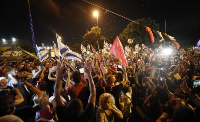 İsrail'de binlerce kişi Netanyahu'nun gidişini kutladı